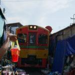 電車が突っ込んでくる市場、その名はメークローンマーケット