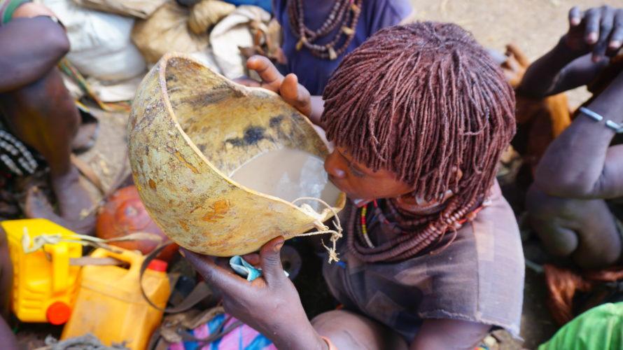 部族ツアー1日目。ハマルとバンナが集まるマーケットにハマル族の村